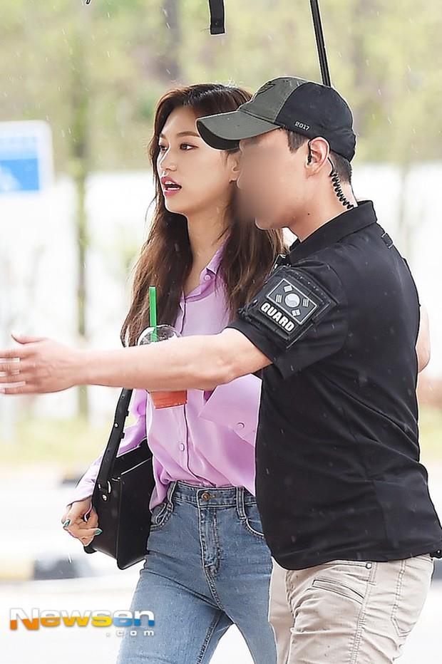 Cực phẩm dưới mưa: Jung Chae Yeon đẹp lộng lẫy cùng I.O.I, dàn hoàng tử Wanna One đến ủng hộ Produce 48 - Ảnh 33.