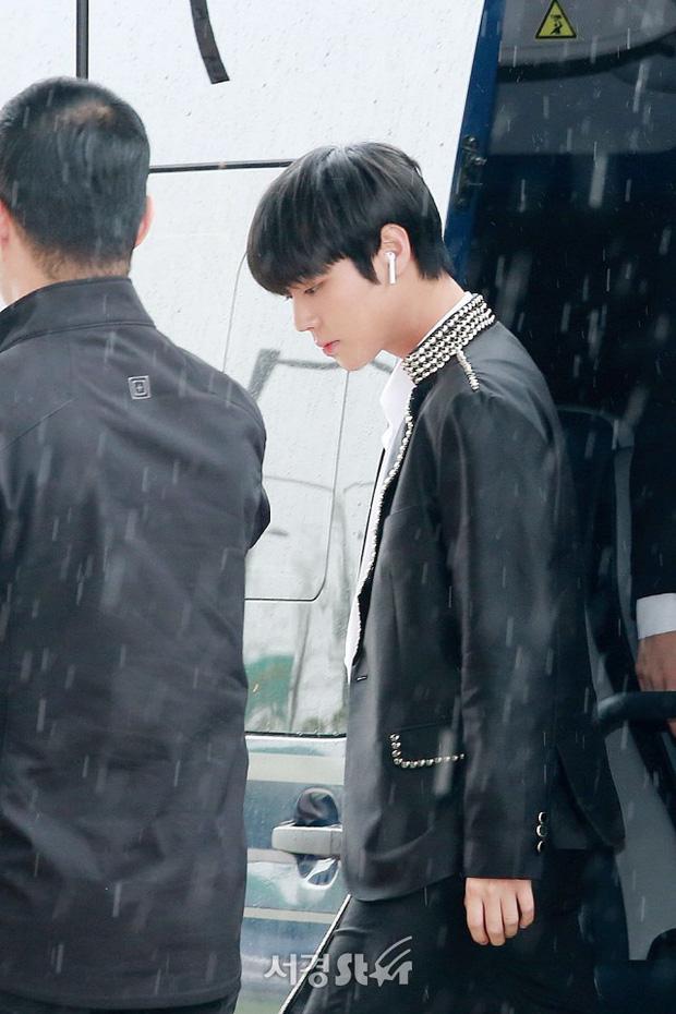Cực phẩm dưới mưa: Jung Chae Yeon đẹp lộng lẫy cùng I.O.I, dàn hoàng tử Wanna One đến ủng hộ Produce 48 - Ảnh 5.