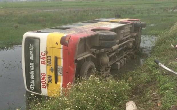 Xe buýt lật nhào xuống ruộng, hơn chục hành khách hoảng loạn - Ảnh 1.