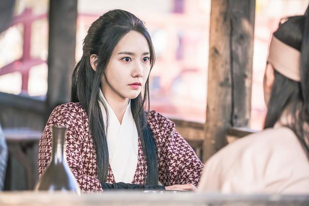 Khẩu chiến dữ dội khi fan Yoona bị tố chơi bẩn để Suzy trượt giải Baeksang - Ảnh 2.