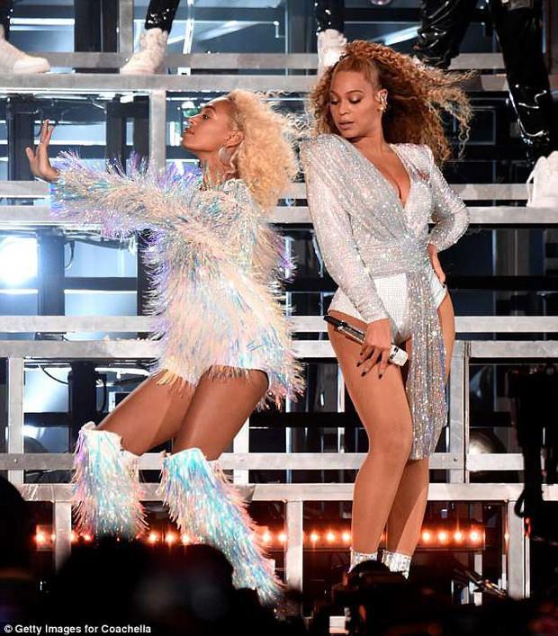 Beyoncé và em gái ngã chổng chân lên trời giữa sân khấu Coachella - Ảnh 3.