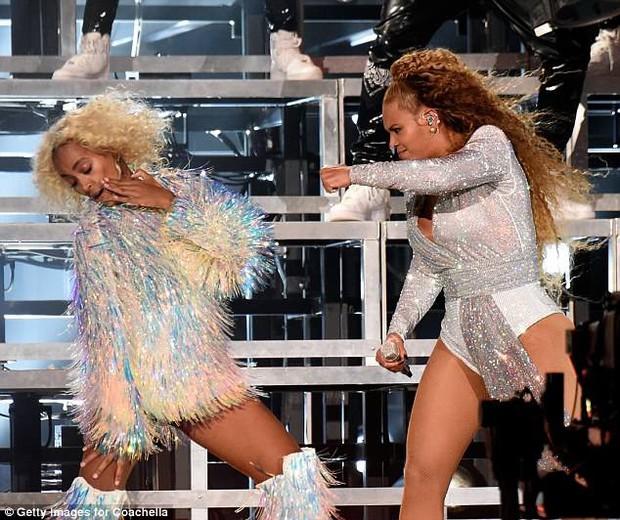 Beyoncé và em gái ngã chổng chân lên trời giữa sân khấu Coachella - Ảnh 4.
