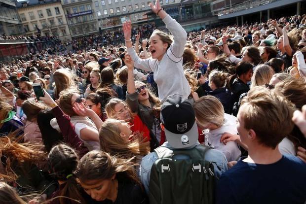 Hàng ngàn fan tụ tập tổ chức tiệc âm nhạc tưởng nhớ Avicii giữa thủ đô Thụy Điển - Ảnh 3.
