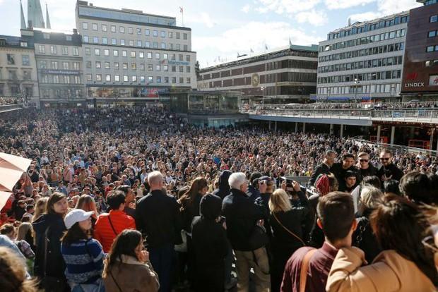 Hàng ngàn fan tụ tập tổ chức tiệc âm nhạc tưởng nhớ Avicii giữa thủ đô Thụy Điển - Ảnh 2.