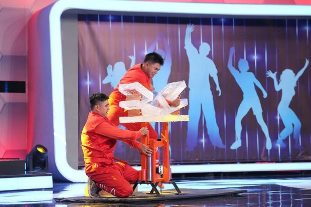 Người bí ẩn: Việt Hương đọ catwalk với dàn mẫu chuyển giới Thái Lan - Ảnh 8.