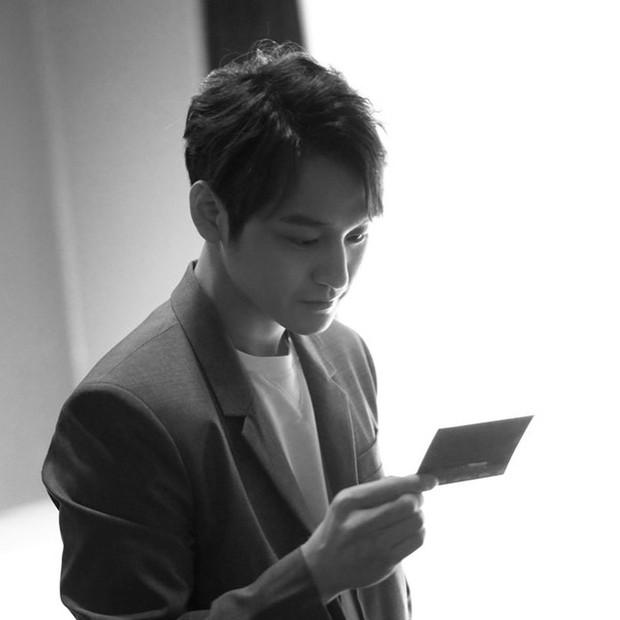 Lần đầu đăng ảnh sau tin hẹn hò mỹ nhân Hoa du ký, Kim Bum bất ngờ lấy lại phong độ điển trai - Ảnh 1.