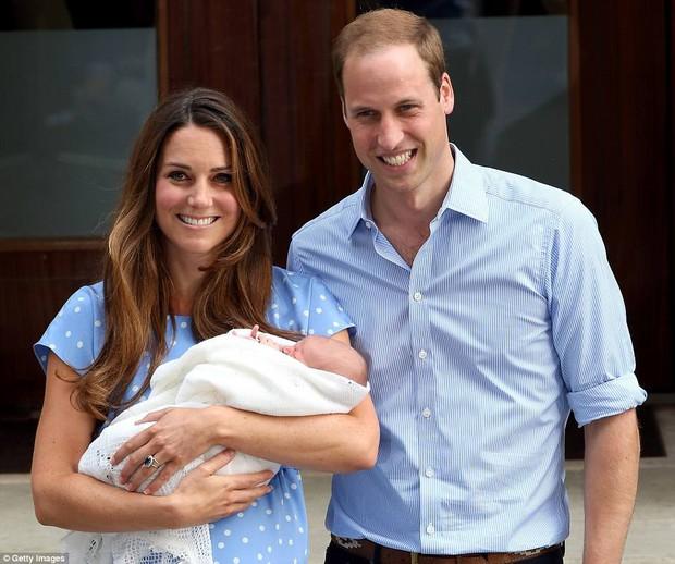 Công nương Kate đã hạ sinh bé trai trong niềm vui hân hoan của toàn nước Anh - Ảnh 1.