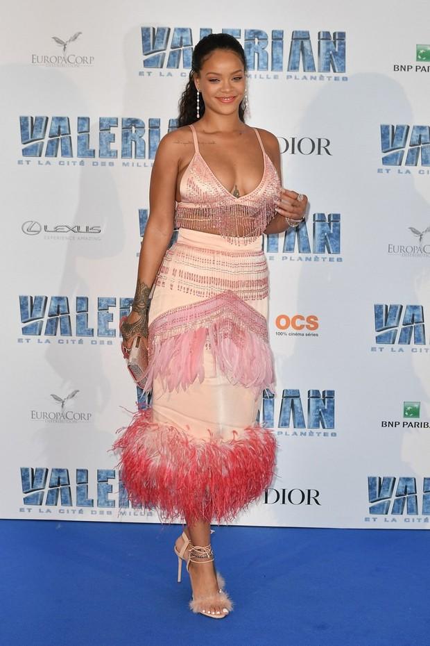 Đẳng cấp hở bạo kiểu Rihanna: thường xuyên mặc nội y thay cho áo bình thường  - Ảnh 3.