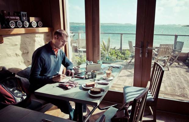 Chàng trai từ bỏ công việc, đi chu du khắp thế giới để tạo nên những kiệt tác sổ tay du lịch mà ai cũng ao ước - Ảnh 1.