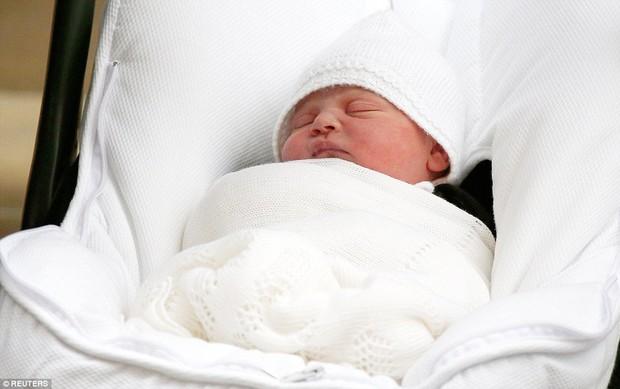 Chỉ vài tiếng sau sinh, hoàng tử nhí nước Anh lần đầu tiên xuất hiện trước công chúng bên bố mẹ - Ảnh 3.