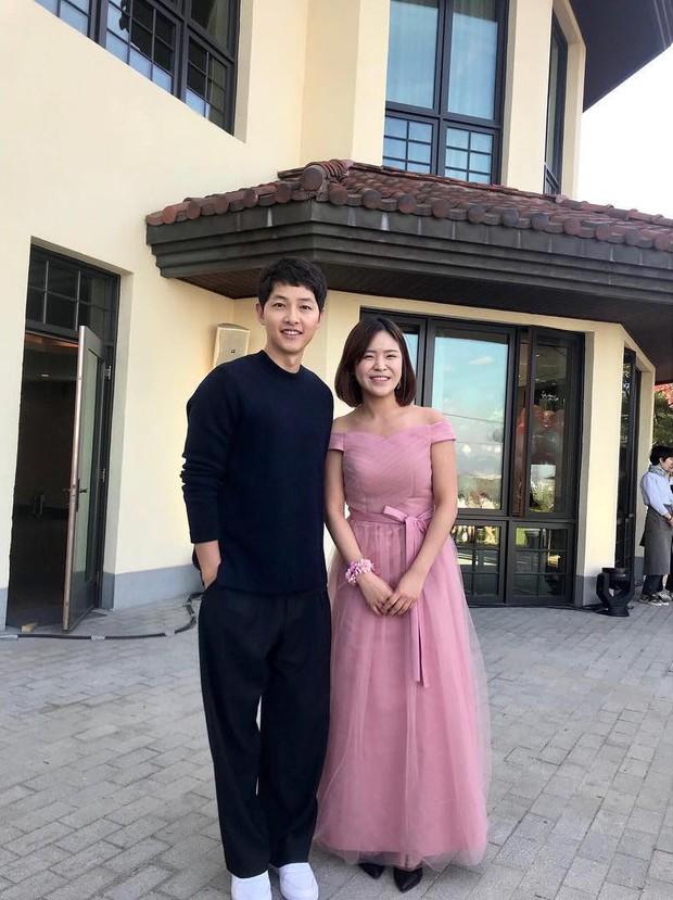 Hôn lễ gây bão nhờ khoảnh khắc Kim Bum tủm tỉm nhìn Song Joong Ki, địa điểm trùng với đám cưới Bae Yong Joon - Ảnh 4.