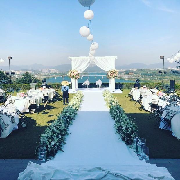 Hôn lễ gây bão nhờ khoảnh khắc Kim Bum tủm tỉm nhìn Song Joong Ki, địa điểm trùng với đám cưới Bae Yong Joon - Ảnh 7.