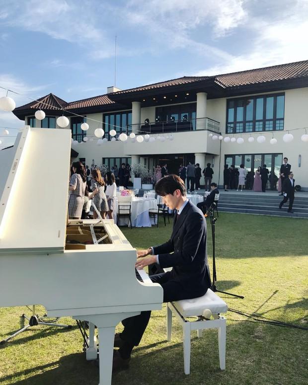 Hôn lễ gây bão nhờ khoảnh khắc Kim Bum tủm tỉm nhìn Song Joong Ki, địa điểm trùng với đám cưới Bae Yong Joon - Ảnh 8.