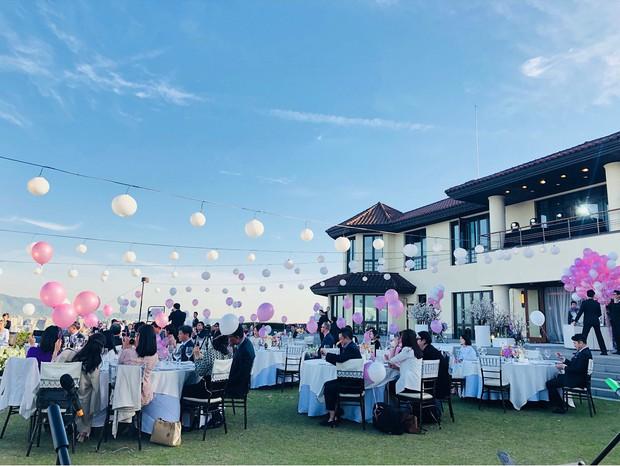 Hôn lễ gây bão nhờ khoảnh khắc Kim Bum tủm tỉm nhìn Song Joong Ki, địa điểm trùng với đám cưới Bae Yong Joon - Ảnh 9.
