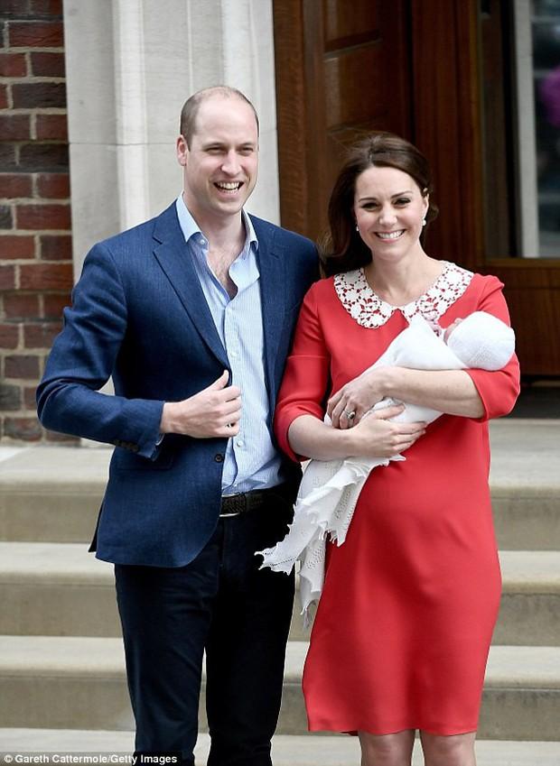 Không phải ngẫu nhiên mà Công nương Kate lại chọn đầm đỏ trong buổi diện kiến công chúng sau sinh - Ảnh 1.