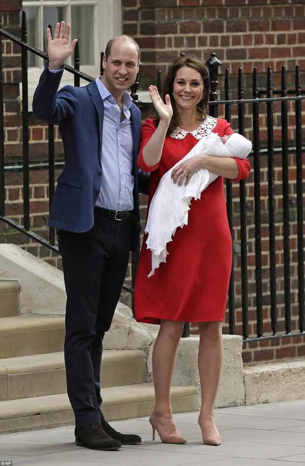 Hình ảnh Công nương Kate trước cửa bệnh viện gợi nhớ tới Công nương Diana 34 năm trước khi Hoàng tử Harry ra đời - Ảnh 2.