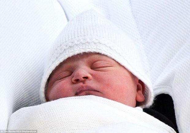 Đây là câu trả lời của Hoàng tử William khi được hỏi về tên của con thứ 3 và bí mật phía sau vẻ rạng rỡ của Công nương Kate ngay sau khi sinh - Ảnh 1.