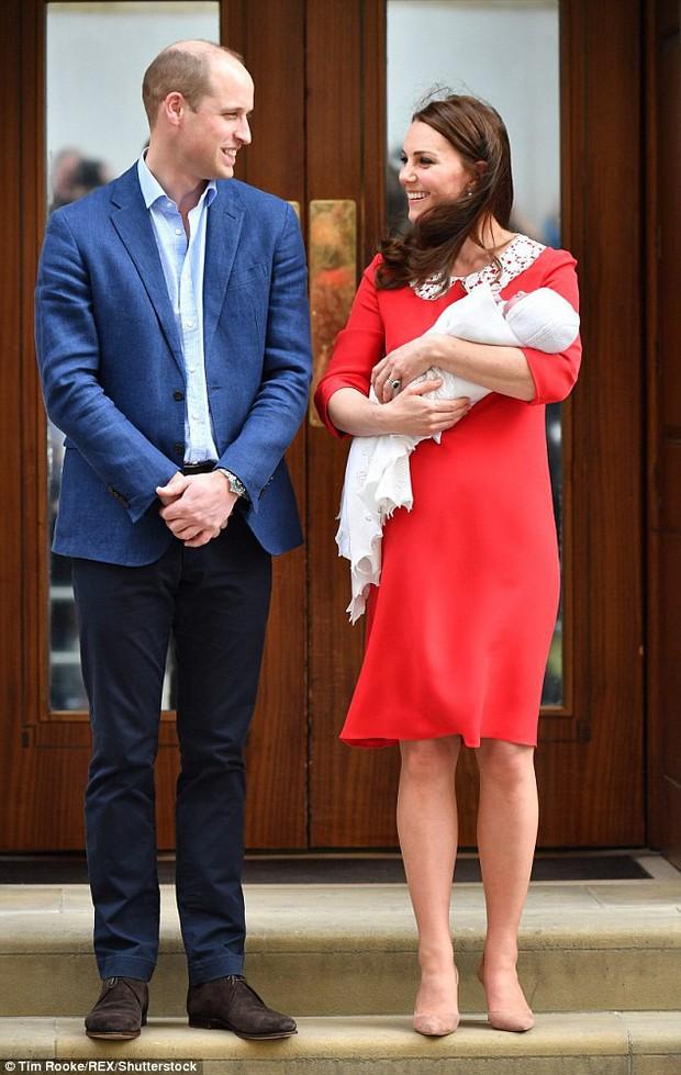 Không phải ngẫu nhiên mà Công nương Kate lại chọn đầm đỏ trong buổi diện kiến công chúng sau sinh - Ảnh 3.