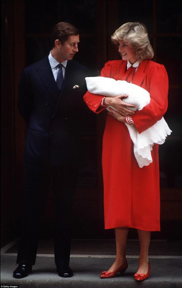 Hình ảnh Công nương Kate trước cửa bệnh viện gợi nhớ tới Công nương Diana 34 năm trước khi Hoàng tử Harry ra đời - Ảnh 1.