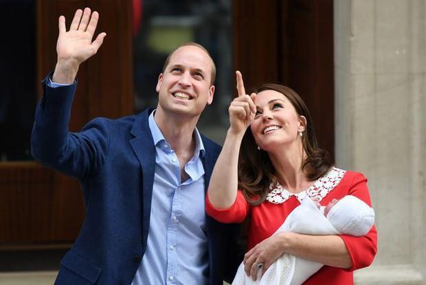 Đây là câu trả lời của Hoàng tử William khi được hỏi về tên của con thứ 3 và bí mật phía sau vẻ rạng rỡ của Công nương Kate ngay sau khi sinh - Ảnh 3.