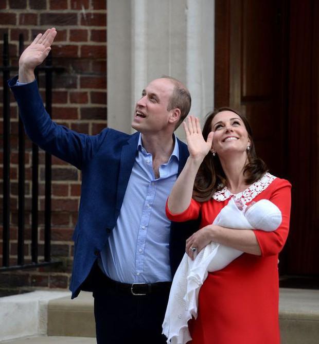 Đây là câu trả lời của Hoàng tử William khi được hỏi về tên của con thứ 3 và bí mật phía sau vẻ rạng rỡ của Công nương Kate ngay sau khi sinh - Ảnh 4.