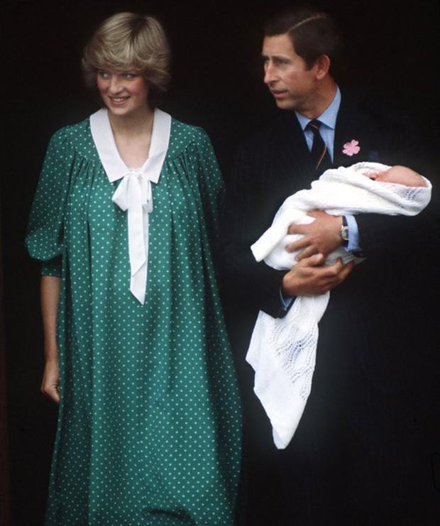 Không phải ngẫu nhiên mà Công nương Kate lại chọn đầm đỏ trong buổi diện kiến công chúng sau sinh - Ảnh 9.