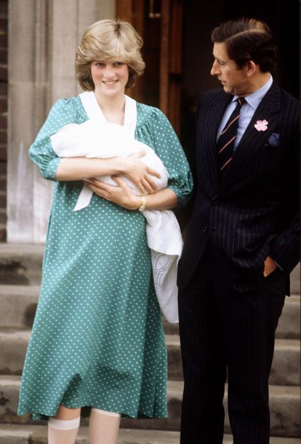 Không phải ngẫu nhiên mà Công nương Kate lại chọn đầm đỏ trong buổi diện kiến công chúng sau sinh - Ảnh 10.