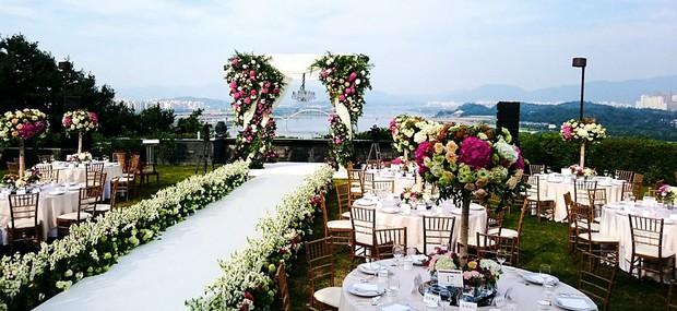 Hôn lễ gây bão nhờ khoảnh khắc Kim Bum tủm tỉm nhìn Song Joong Ki, địa điểm trùng với đám cưới Bae Yong Joon - Ảnh 12.