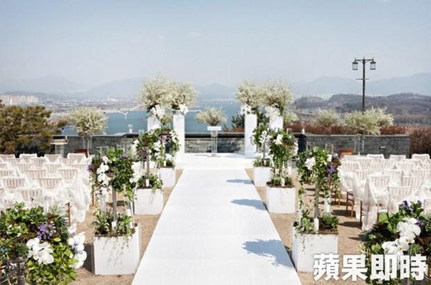 Hôn lễ gây bão nhờ khoảnh khắc Kim Bum tủm tỉm nhìn Song Joong Ki, địa điểm trùng với đám cưới Bae Yong Joon - Ảnh 14.