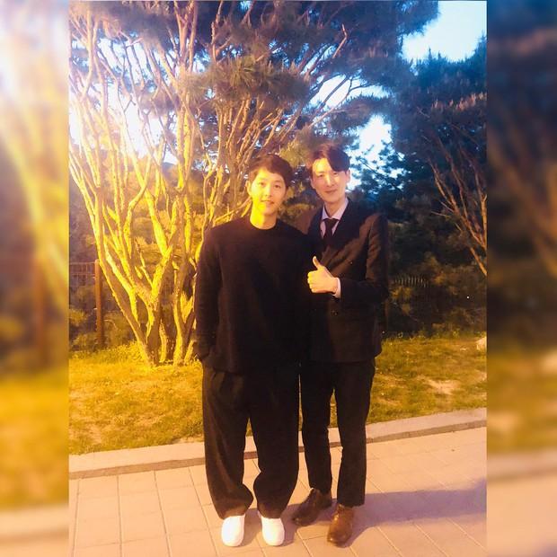Hôn lễ gây bão nhờ khoảnh khắc Kim Bum tủm tỉm nhìn Song Joong Ki, địa điểm trùng với đám cưới Bae Yong Joon - Ảnh 5.