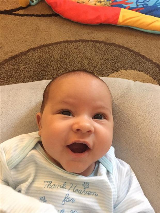 Khi y tá đưa đứa con 1 ngày tuổi trở lại phòng, bố mẹ chết đứng khi biết con bị phẫu thuật nhầm - Ảnh 1.