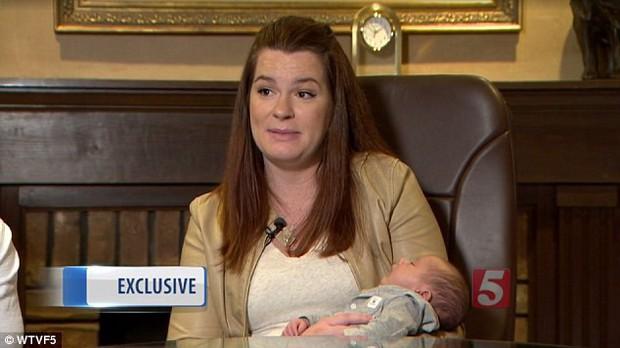 Khi y tá đưa đứa con 1 ngày tuổi trở lại phòng, bố mẹ chết đứng khi biết con bị phẫu thuật nhầm - Ảnh 3.