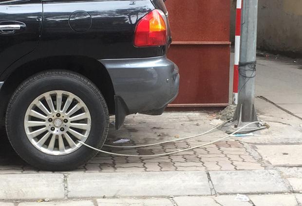 Hình ảnh Chiếc ô tô bị buộc vào cột đèn bằng sợi dây thép khiến dân mạng băn khoăn tranh cãi - Ảnh 2.
