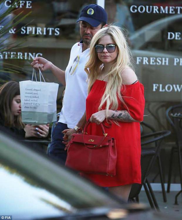 Đã lâu mới xuất hiện, Avril Lavigne giờ đã là người yêu của con trai tỷ phú USD - Ảnh 1.
