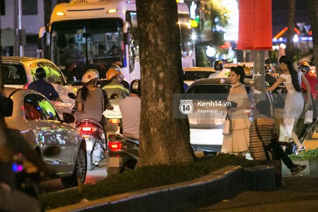 Rời sự kiện bằng xe của Trường Giang tặng, Nhã Phương thay trang phục giản dị, mang dép lê đi ăn tối - Ảnh 2.
