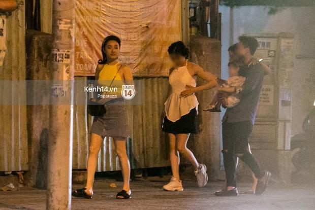 Rời sự kiện bằng xe của Trường Giang tặng, Nhã Phương thay trang phục giản dị, mang dép lê đi ăn tối - Ảnh 6.