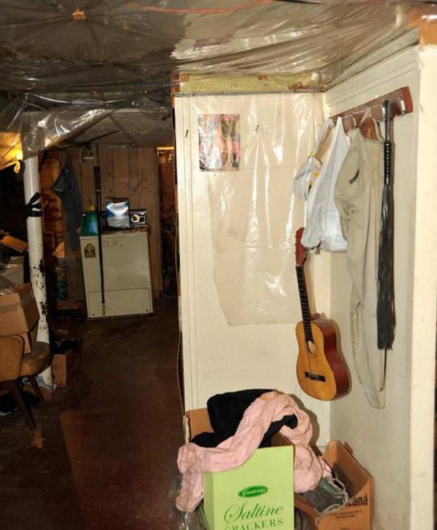Vụ án ngôi nhà ác quỷ: Gã đàn ông bắt cóc, cưỡng hiếp 3 cô gái trẻ suốt 1 thập kỷ, nhận bản án tù chung thân và 1.000 năm tù giam - Ảnh 5.