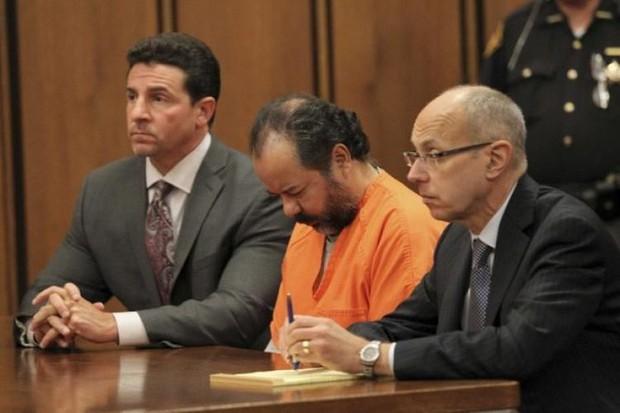 Vụ án ngôi nhà ác quỷ: Gã đàn ông bắt cóc, cưỡng hiếp 3 cô gái trẻ suốt 1 thập kỷ, nhận bản án tù chung thân và 1.000 năm tù giam - Ảnh 8.