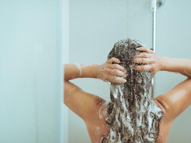 Bạn có đang mắc phải những thói quen tưởng chừng vô hại nhưng lại khiến mái tóc khóc thét hay không? - Ảnh 2.
