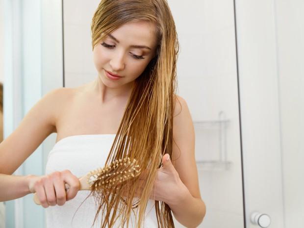 Bạn có đang mắc phải những thói quen tưởng chừng vô hại nhưng lại khiến mái tóc khóc thét hay không? - Ảnh 3.