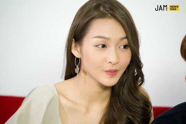 """Khả Ngân tiết lộ bị Jun Phạm hôn đến chảy máu môi, 3 nụ hôn trong phim đều """"kinh khủng"""" chứ không hề lãng mạn! - Ảnh 13."""
