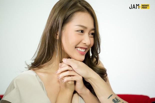 """Khả Ngân tiết lộ bị Jun Phạm hôn đến chảy máu môi, 3 nụ hôn trong phim đều """"kinh khủng"""" chứ không hề lãng mạn! - Ảnh 9."""