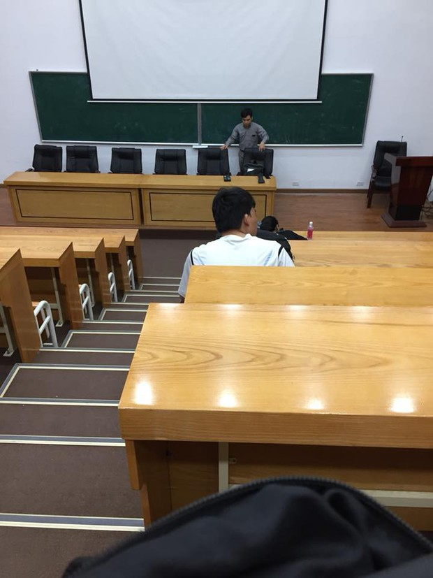 Giáp ngày nghỉ lễ, giảng đường đại học vắng tanh, chỉ lác đác một vài sinh viên - Ảnh 3.