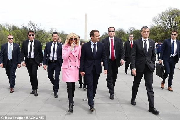 Dù nắm tay lãng mạn, nhưng vợ chồng Tổng thống Pháp vẫn bị lu mờ bởi người đàn ông này - Ảnh 1.