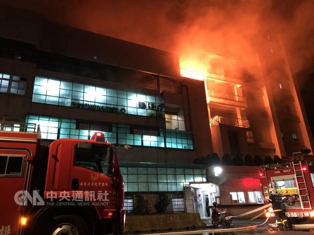 Đài Loan: Cháy lớn kinh hoàng tại tòa nhà 5 tầng, nhiều lao động Việt Nam lo lắng sợ hãi - Ảnh 1.
