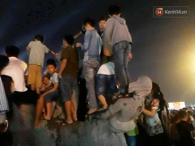 Ngán ngẩm hình ảnh hàng chục nam thanh niên giẫm đạp lên các bức tượng ở Cửa Lò để xem pháo hoa - Ảnh 10.