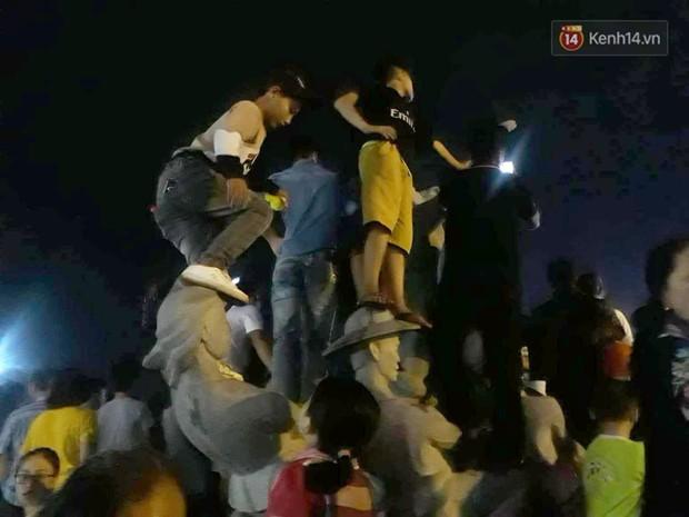 Ngán ngẩm hình ảnh hàng chục nam thanh niên giẫm đạp lên các bức tượng ở Cửa Lò để xem pháo hoa - Ảnh 11.