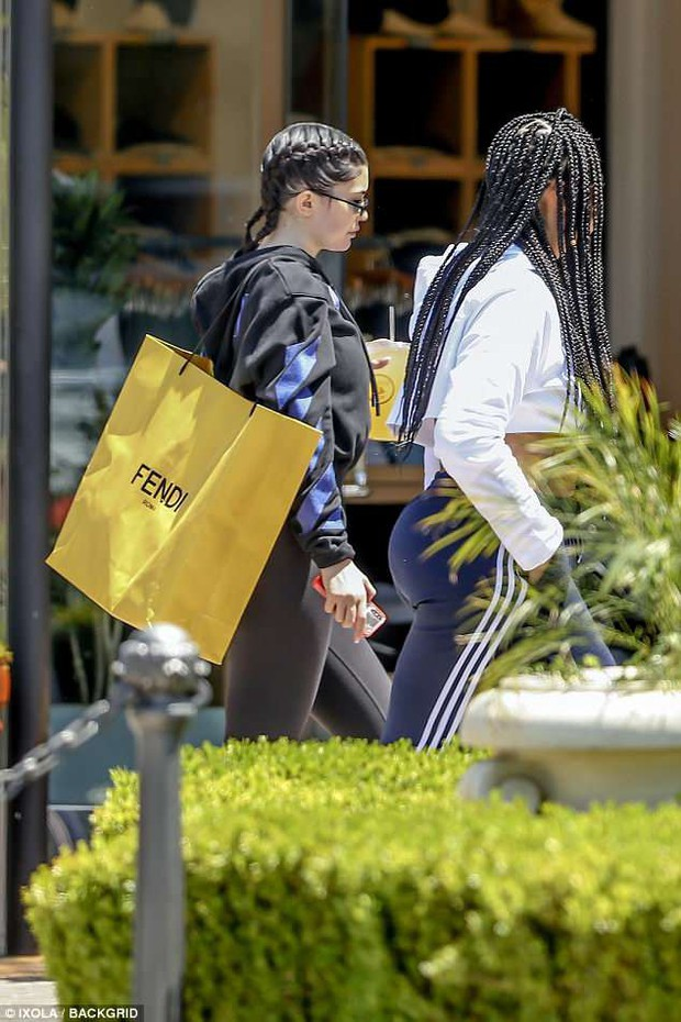 Kylie Jenner đeo kim cương nặng cả tay, khoe chân dài và vòng 3 khủng trên phố - Ảnh 6.