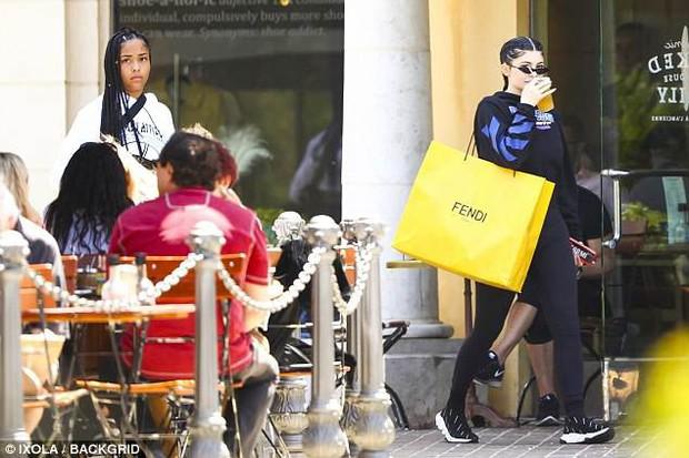 Kylie Jenner đeo kim cương nặng cả tay, khoe chân dài và vòng 3 khủng trên phố - Ảnh 7.