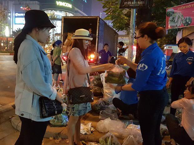 Sinh viên trắng đêm giải cứu dưa chuột giúp nông dân Nghệ An - Ảnh 2.